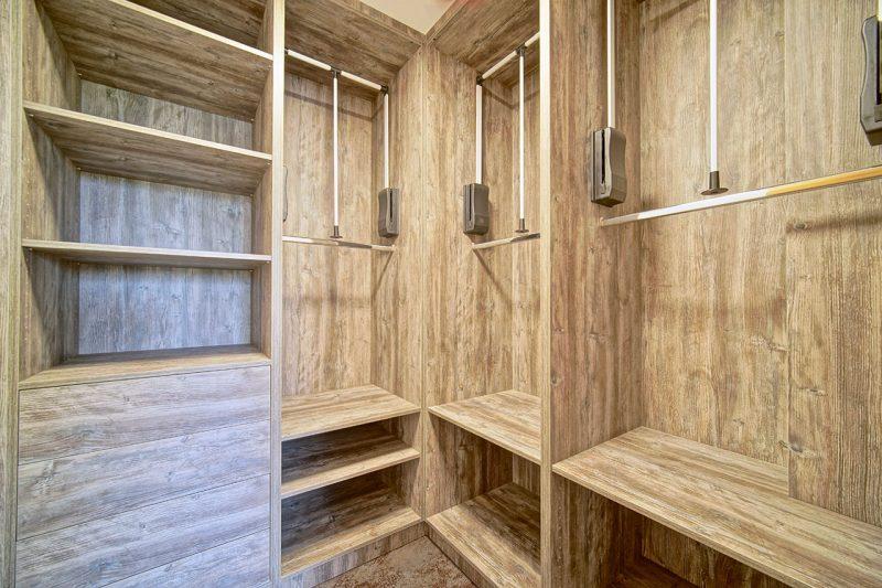 Šatní a vestavěné skříně